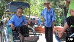 Ông Oum So, 75 tuổi đã hành nghề lái xe xích lô từ khi ông 18 tuổi. Ông nói thời còn trẻ, ông kiếm được nhiều tiền hơn, nhưng bây giờ khách hàng không muốn chọn xe xích-lô với một bác tài già nua như ông