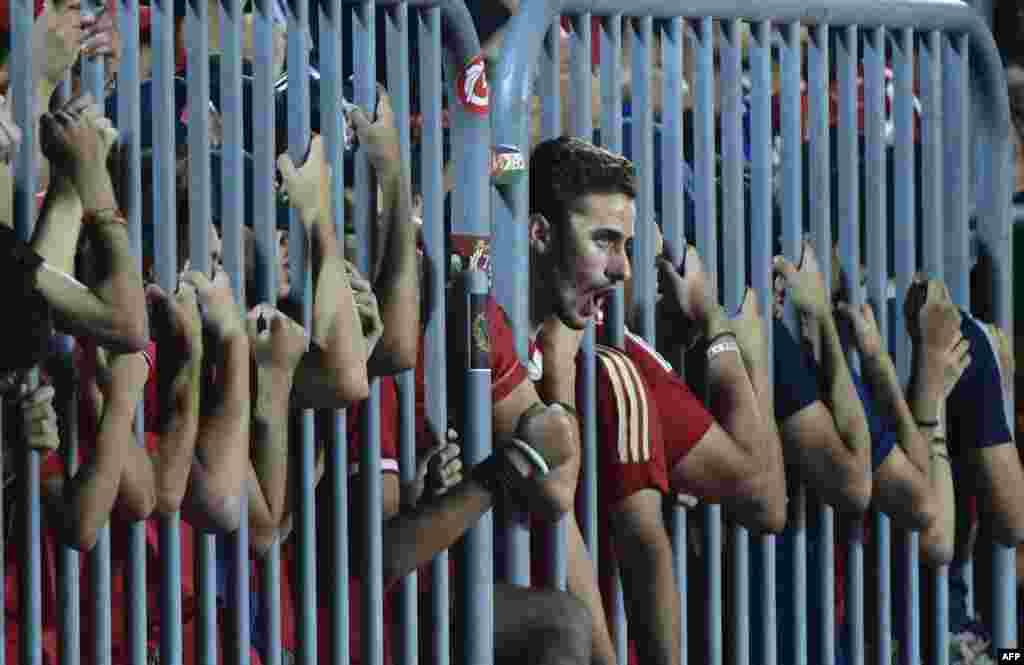 អ្នកគាំទ្រក្រុម Al Ahly របស់អេហ្ស៊ីបស្រែកហ៊ោសម្រាប់ក្រុមរបស់ខ្លួនក្នុងពេលប្រកួតបាល់ទាត់ African Champions League ជាមួយនឹងក្រុម Cotonsport របស់កាមេរូន នៅស្តាត Borg el-Arab ប្រទេសអេហ្ស៊ីប កាលពីថ្ងៃទី៨ ខែកក្កដា ឆ្នាំ២០១៧។