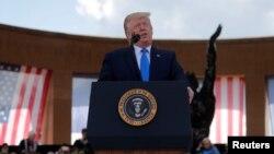 美国总统特朗普2019年6月6日在法国诺曼底举行的诺曼底登陆75周年纪念仪式上讲话。
