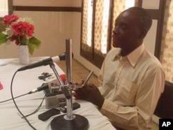 Simão Bute, chefe da segurança da Renamo em Nampula, fala com os jornalistas após a operação policial