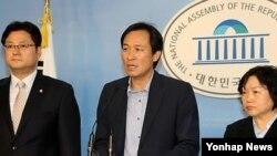 13일 국회에서 기자회견을 가진 민주통합당 홍익표, 우상호, 인재근(왼쪽부터) 의원. 한국 정부의 대북 수해 지원 제의가 '생색내기용'이었다고 비난했다.