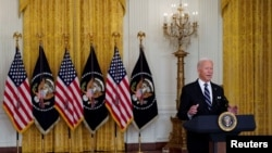 Prezidan Joe Biden ap pwononse yon diskou sou pandemi coronavirus la (COVID-19) ak pwogram vaksinasyon Etazuni nan la Mezon Blanch, 18 Out, 2021.