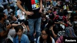 Người xuống đường ủng hộ dân chủ phong tỏa một con đường sau khi cảnh sát dỡ các rào cảng tại một địa điểm biểu tình ở quận thương mại Mongkok, 17/10/14
