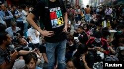 2014年10月17日,香港争取民主权利的抗议者在旺角商业区一带阻塞部分街道,警方此前清除了抗议现场的路障等设施