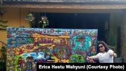 Erica dengan salah satu lukisannya.