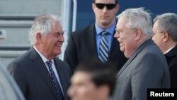 Посол США Джон Теффт вітає держсекретаря Рекса Тіллерсона з прибуттям до Росії