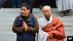 Ông Han (trái) đồng ý nộp mình cho cảnh sát trước hạn chót là trưa hôm 10/12 giờ địa phương, nhưng ông hứa tiếp tục lãnh đạo phong trào lao động và tổ chức những cuộc biểu tình trong tương lai.
