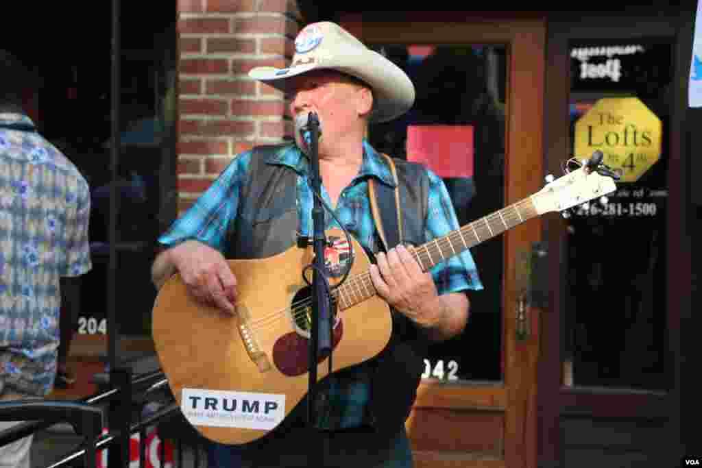این گیتاریست در آهنگ های خودش از نقل قول های ترامپ استفاده می کرد. مثلا در مصرع شعرش می آورد که «آره، او آمریکا رو دوباره با شکوه می کنه» که بخشی از شعار ترامپ است.