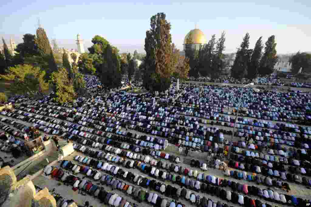 Muslim worshippers pray during the first day of Eid al-Fitr at the Al Aqsa Mosque Compound in Jerusalem's Old City, July 28, 2014.