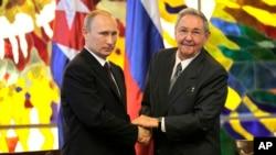 Chủ tịch Cuba Raul Castro, phải, bắt tay Tổng thống Nga Vladimir Putin tại Cung Cách mạng ở Havana, 11/7/2014.