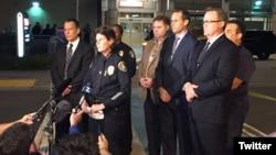 28일 샌디에이고에서 발생한 경찰관 총기 피격 사건 직후 셸리 짐머맨(가운데) 경찰국장이 기자들에게 상황을 설명하고 있다.