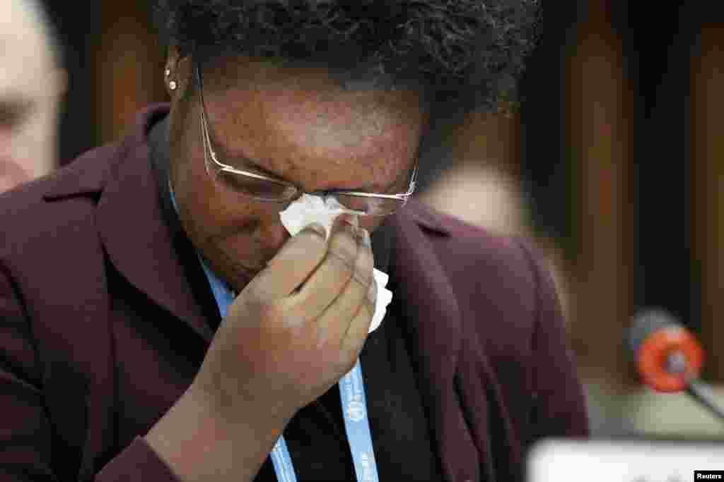 Rebecca Johnson, agent de santé rescapée del'épidémie d'Ebola en Sierra Leone, pleure lors d'une adresse aux journalistes au Siège de l'OMS à Genève, 25 Janvier 2015. REUTERS / Pierre Albouy