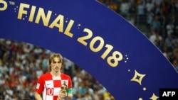 Luka Modric pose avec sa récompense à Moscou, en Russie, le 15 juillet 2018.