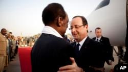 Tổng thống Pháp François Hollande (phải) được Tổng thống Mali Dioncounda Traore đón tiếp tại sân bay thành phố Sévaré ở Mali trên đường bay tới Timbuktu.