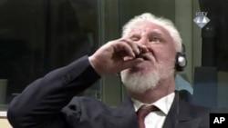 Slobodan Praljak, nakon potvrđivanja osuđujuće presude i kazne zatvora od 20 godina, pije tečnost za koju njegova advokatica tvrdi da je otrov, u Haškom tribunalu, Holandija, 29. novembra 2017.