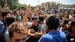 이란 테헤란에 있는 그랜드 바자르에서 시민들이 물가난에 항의하는 시위에 참여하고 있다.
