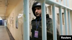 Solo de la prisión iraquí de Abu Ghraib se escaparon unos 500 convictos, entre ellos importantes jefes de al Qaeda.