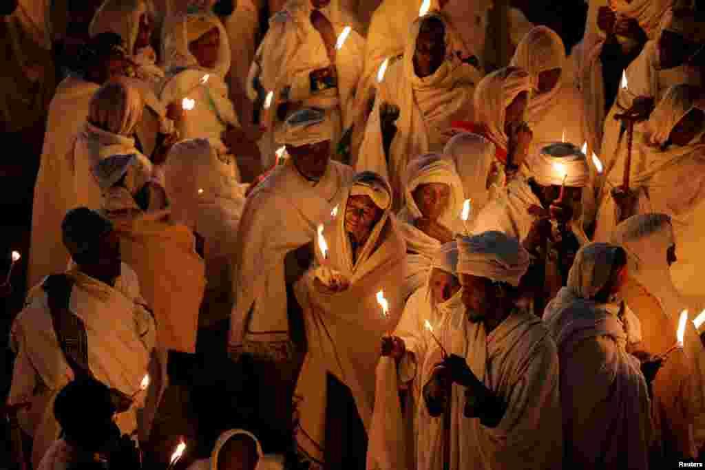 Peziarah Kristen Ortodoks Ethiopia menghadiri upacara keagamaan Malam Natal di gereja Bete Mariam (Rumah Maria) di Lalibela, Ethiopia.