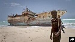 지난 9월 소말리아 호비오 해변의 한 해적과 납치했다 몸값을 받고 풀어 준 타이완 선박. 한 때 해적들로 넘쳐나던 이 곳은 이제 한적한 해변이 됐다.