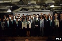 香港特首參選人曾進華與競選團隊。(美國之音湯惠芸)