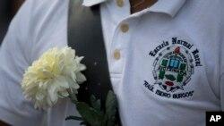 Un miembro de la banda de la escuela normal rural Raúl Isidro Burgos participa en una protesta de los estudiantes normalistas.