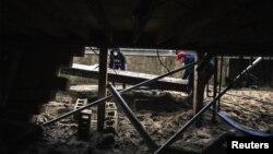遭受飓风桑迪之害的纽约州居民从被水淹的地下室搬出垃圾