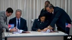 구글 모회사인 알파벳의 에릭 슈밋(가운데 왼쪽) 회장과 쿠바 국영통신업체 ETECSA의 마이라 아레비치 마린(가운데 오른쪽) 사장이 12일 아바나에서 쿠바 내 구글 서비스 개선을 위한 계약에 서명하고 있다.