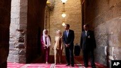 Presiden Barack Obama (dua dari kanan) saat mengunjungi Masjid Sultan Hassan di Kairo, Mesir, didampingi oleh Menlu AS Hillary Rodham Clinton (dua dari kiri), Iman Abdel Fateh (kiri) dan Dr. Zahi Hawass (kanan), 4 Juni 2009 (Foto: dok).