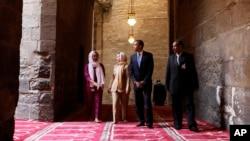 Президент Обама (второй справа) в мечети имени султана Хассана в Каире. Вторая слева госсекретарь США Хиллари Клинтон. Египет. 4 июня 2009 г.