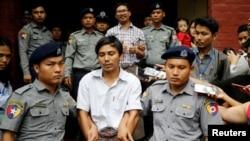 Kyaw Soe Oo et Wa Lone quittant sous bonne escorte policière le tribunal à Rangoun, Birmanie, le 20 août 2018.