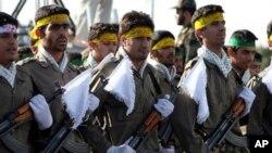 ایران کے 'پاسدارانِ انقلاب' کے اہلکار ایک فوجی پریڈ میں شریک ہیں (فائل)