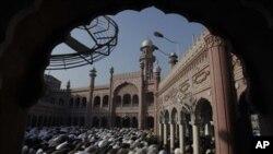 عیدالاضحی کے موقع پر پشاور کی ایک مرکزی مسجد میں لوگ نماز ادا کرتے ہوئے۔ 17 نومبر، 2010