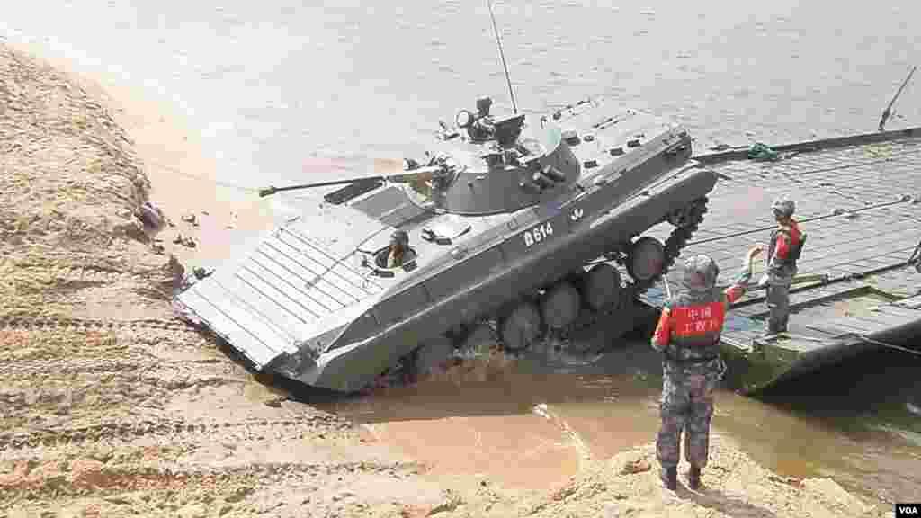 舟桥部队比赛中的中国工兵。
