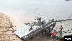 中国军队携武器弹药高调亮相俄罗斯军事比赛