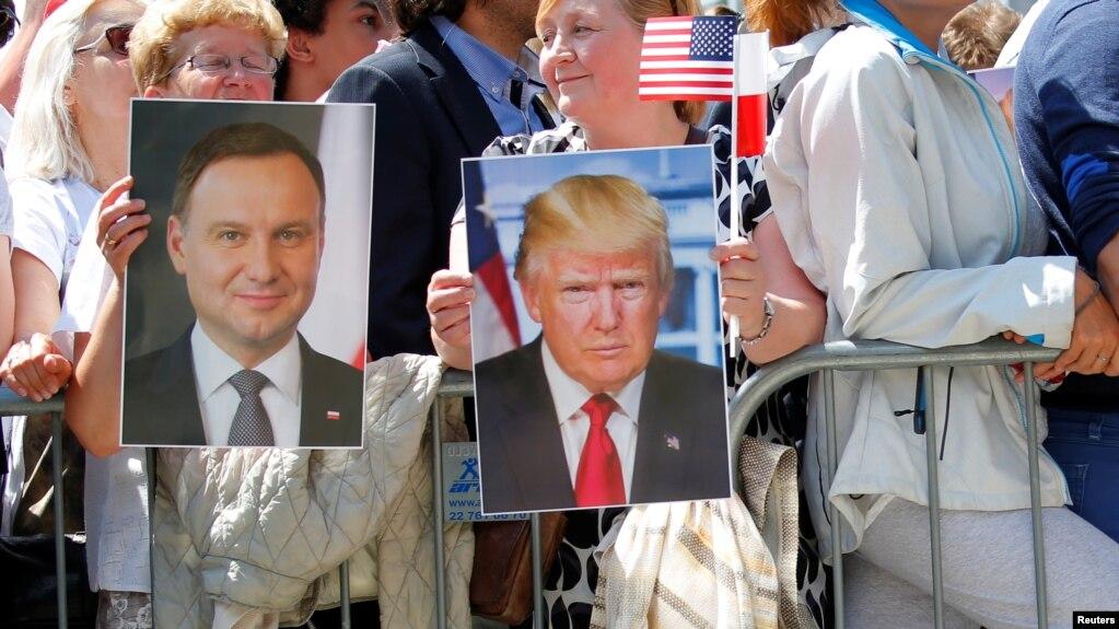 Người dân cầm ảnh hai tổng thống Ba Lan và Mỹ trong buổi phát biểu của Tổng thống Trump ở quảng trường Krasinski, Warsaw, Ba Lan, 6/7/2017