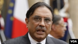 Presiden Pakistan, Asif Ali Zardari (atas) dan PM Yusuf Gilani dikecam karena gagal mencegah serangan AS.