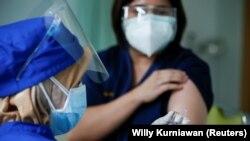 Seorang petugas medis menyiapkan dosis vaksin Sinovac untuk Covid-19 sebelum memberikannya kepada dokter di Jakarta, 19 Januari 2021. (Foto: Reuters/Willy Kurniawan)