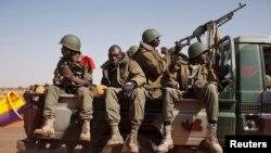 Binh sĩ Mali đến thị trấn Douentza vừa được giải phóng và trên đường tới thành phố Gao.