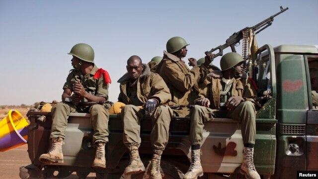 Des soldats maliens se rendant à Gao