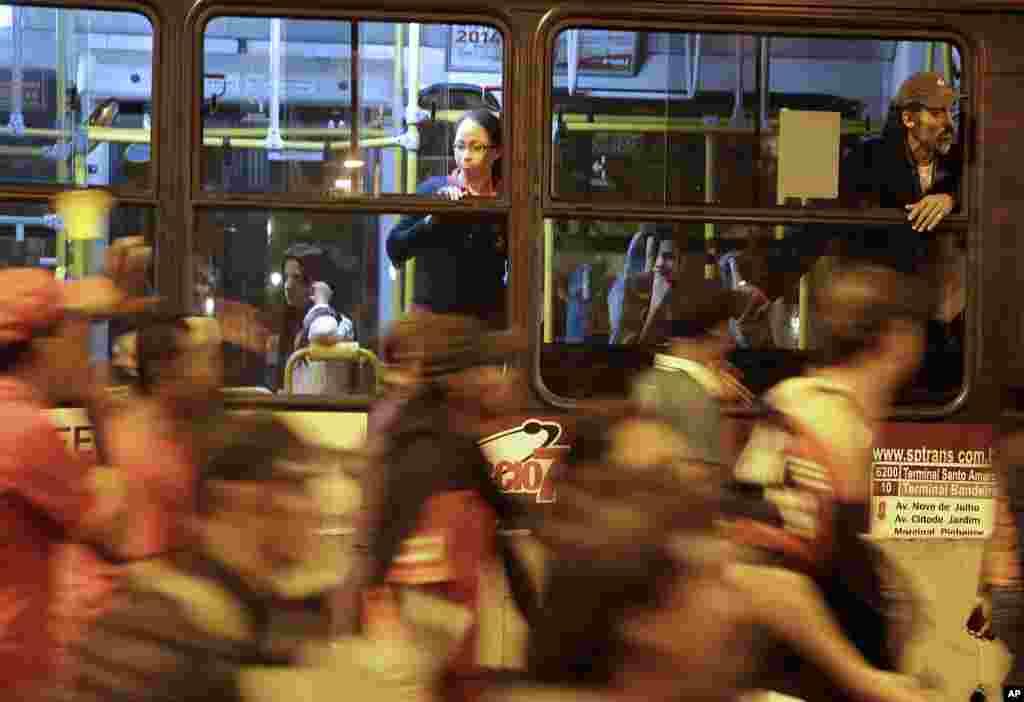 프랑스 상파울로에서 노숙자 단체가 도로를 점거한 채 월드컵 반대 시위를 벌이고 있다.