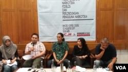 Sejumlah lembaga swadaya masyarakat dalam jumpa pers di Jakarta, Rabu (8/2) menilai vonis hakim terhadap Fidelis sangat keliru. (Foto: VOA/Fathiyah)