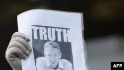 WikiLeaks kurucusu Julian Assange'ı destekleyen bir kişi İngiltere'deki mahkeme binası önünde protesto gösterisi yaparken