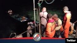 Sebuah Longboat sempat dilaporkan hilang karena mengalami mati mesin di perairan Pulau Dua, kini telah berhasil ditemukan, Tual, Senin 6 September 21. (Twitter: Humas Bakamla RI)