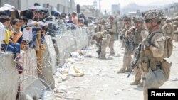 Afganistanci čekaju na aerodromu u Kabulu koji obezbjeđuje američka vojska