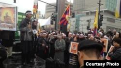 在中國駐紐約總領館前的抗議藏人(由自由西藏學聯提供)
