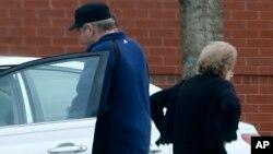 Arhivski snimak Hinklija kako ulazi u kola svoje majke, 19. mart 2015.
