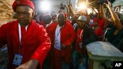 Anggota fraksi oposisi Economic Freedom Fighters, termasuk pemimpin EFF Julius Malema (tengah) diusir keluar parlemen di Cape Town, Afrika Selatan karena mengganggu pidato Presiden Jacob Zuma (12/2).