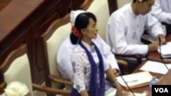 ທ່ານນາງ Aung San Suu Kyi ຜູ້ນໍາຝ່າຍຄ້ານມຽນມາ ກ່າວຢູ່ໃນສະພາ