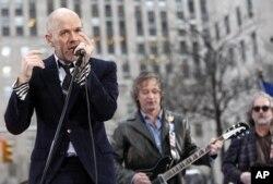 """Ca sĩ chính của ban R.E.M. Michael Stipe đã đưa ra một phản ứng gay gắt, qua trang Twitter của nhạc sĩ bass Mike Mills, """"Chớ có dùng nhạc hay giọng hát của tôi để phục vụ cho cuộc vận động giả trá đần độn của quý vị."""""""
