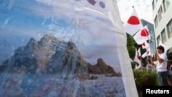 지난 2012년 8월 도쿄 주재 한국대사관 앞에서 한국 대통령의 방문에 항의하는 시위가 벌어졌다. 시위대는 독도가 일본의 고유 영토라고 주장했다. (자료사진)